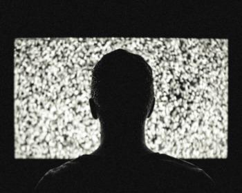 Os 12 filmes de terror da Netflix que os fãs mais sofrem assistindo