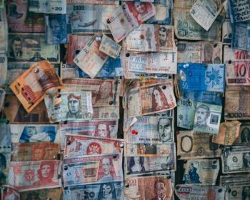 Conheça as 10 moedas mais caras do mundo (Spoiler: dólar e euro não são as campeãs)